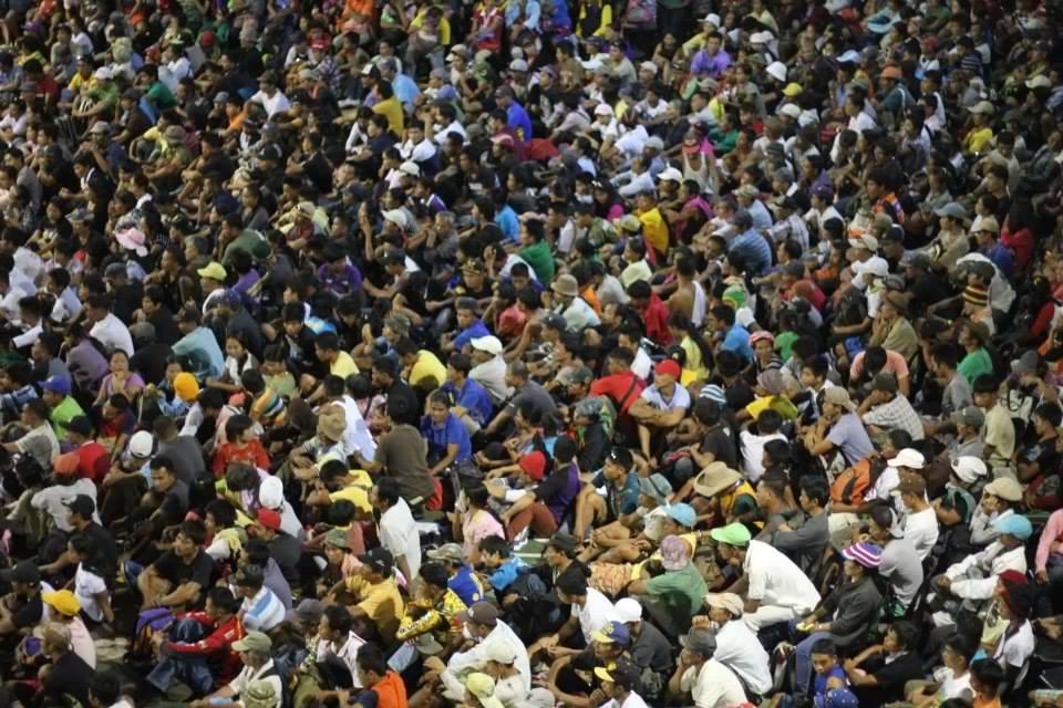 Mga nagproprotesta na biktima ng Yolanda. Kailangan bang lumuhod sa mambababatas para lang makakuha ng ayuda mula sa gobyerno? Litrato ng Tudla Productions