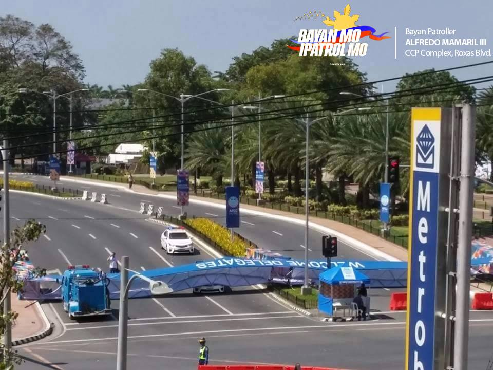 Strong winds dislodged the APEC welcome arch at the Cultural Center of the Philippines. If fell on a police car, but nobody was hurt. APEC welcome arch sa Cultural Center of the Philippines (CCP) complex dahil umano sa malakas na ihip ng hangin. Natumbahan ang isang police car pero walang naiulat na nasaktan sa insidente. BMPM photo by Bayan Patroller Alfredo Mamaril III