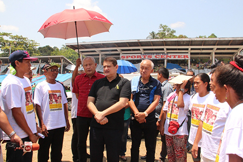 Sen. TG Guingona and Surigao del Sur Gov. Johnny Pimentel at the Lumad evacuation camp in Tandag City. (Senate photo)